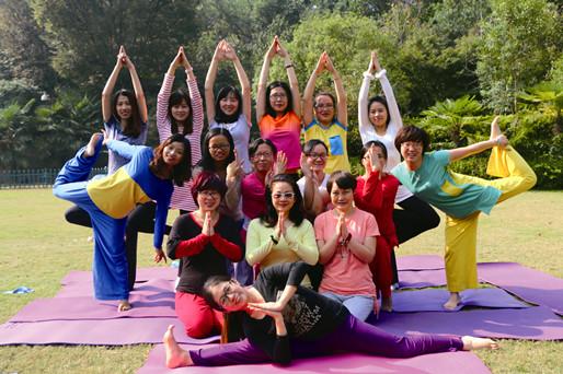 瑜伽学员们在杭州玫瑰园度假酒店草坪上舒展身心.JPG